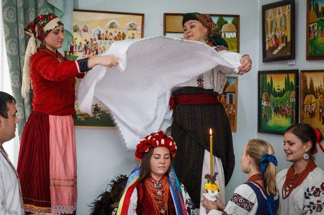 Розцяцьковані дерева, коні замість кортежів і дірки від бубликів: Обряди і традиції гуцульського весілля - фото 11