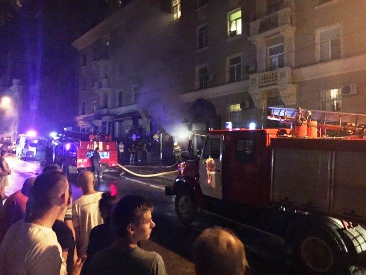 У Харкові пожежні витягли з палаючого пабу 10 людей - фото 1