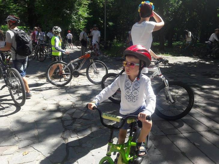 Вінничани у вишиванках влаштували патріотичнний велопрообіг - фото 1