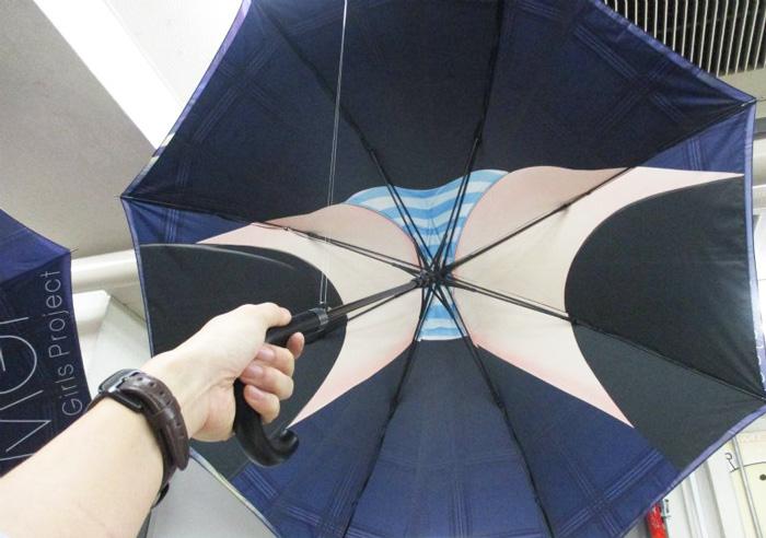 В Японії шаленіють від парасольок із зображенням промежин школярок  - фото 1