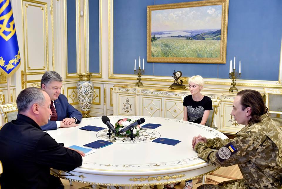 Порошенко зустрівся зі звільненим з полону полковником Іваном Без'язиковим  - фото 1