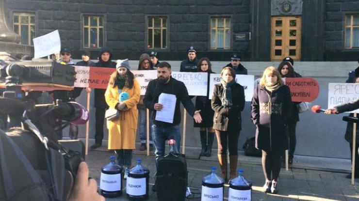 Під Кабмін принесли 100 літрів чорнил для Яценюка та Квіташвілі - фото 1