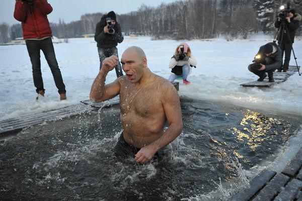 Як політики мочили голе тіло в ополонці - фото 19