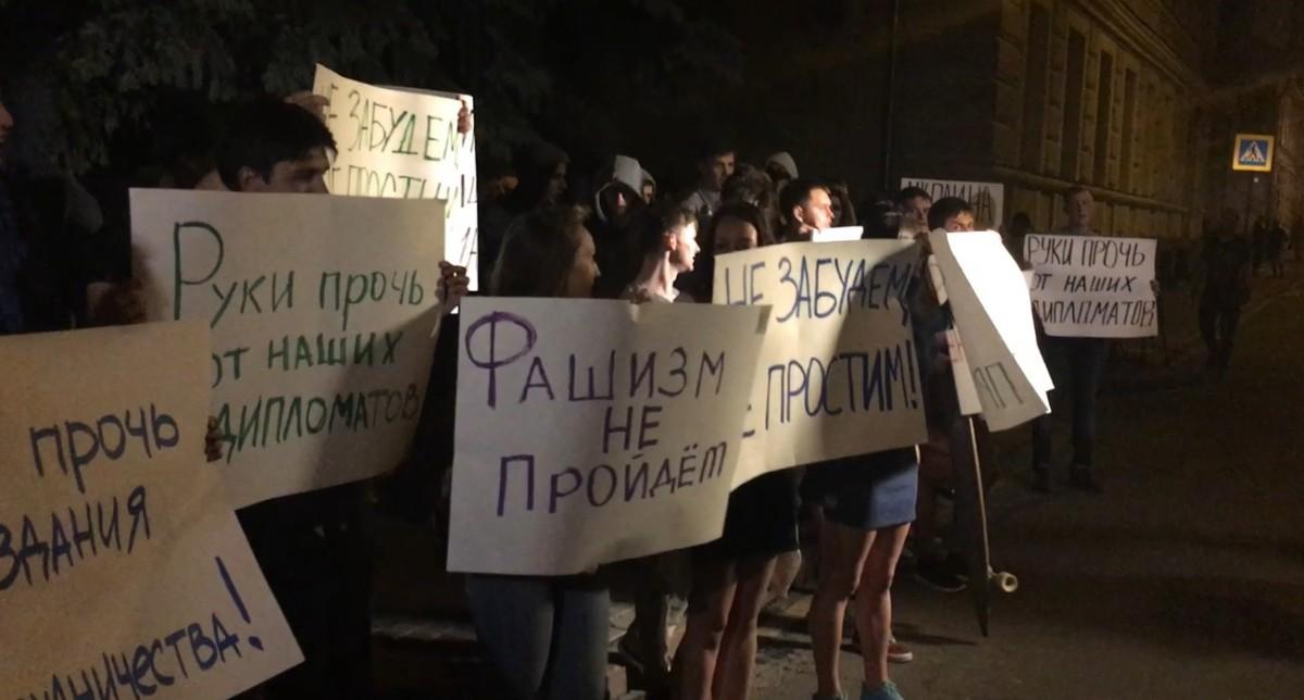У Москві українське посольство закидали яйцями та помідорами - фото 1