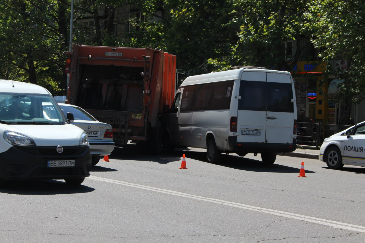 У Миколаєві сміттєвоз підрізав маршрутку біля зупинки