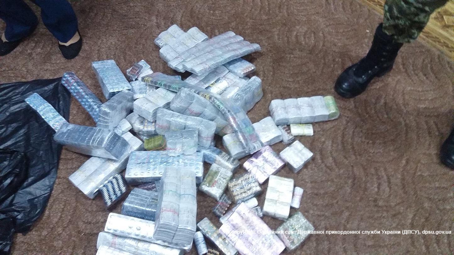 """Прикордонники зловили двох німців з 36 тисячами таблеток """"віагри"""" (ФОТО) - фото 1"""