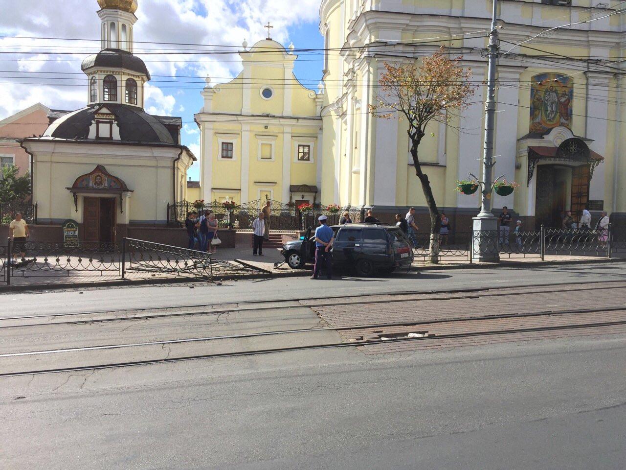 """Біля Собору легковик зніс паркан та """"влетів"""" на тротуар - фото 1"""