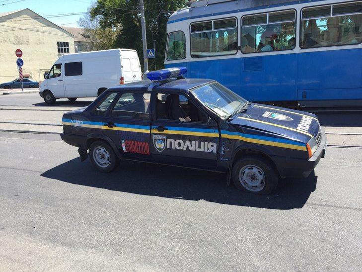 У Вінниці біля мосту поліцейські втаранились в тролейбус - фото 2