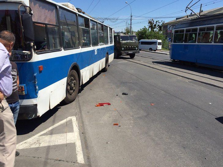 У Вінниці біля мосту поліцейські втаранились в тролейбус - фото 1