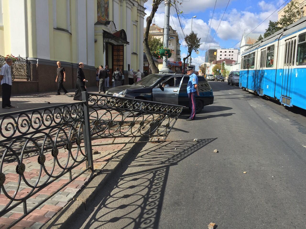 """Біля Собору легковик зніс паркан та """"влетів"""" на тротуар - фото 2"""