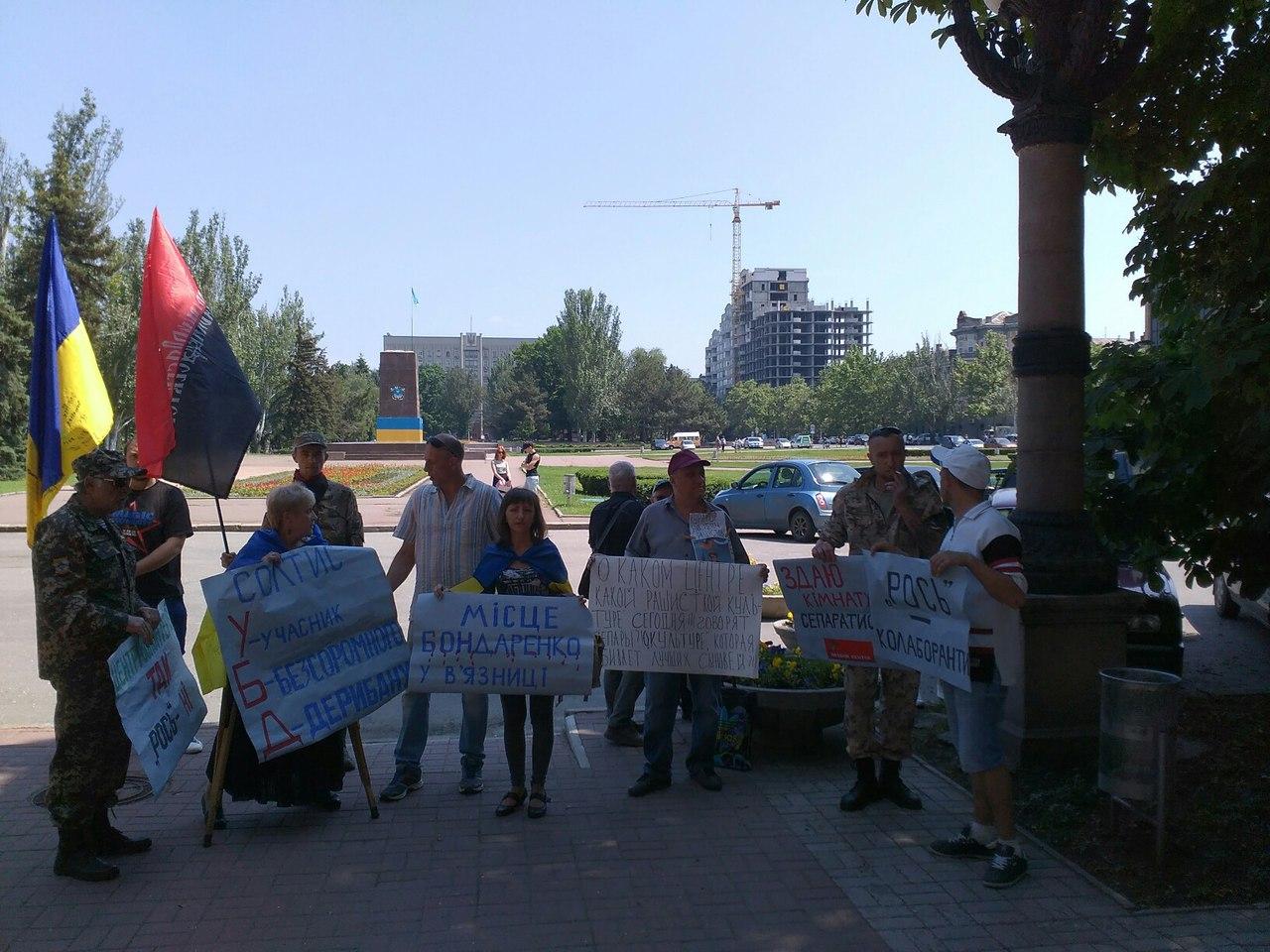 У Миколаєві під міськрадою зібрався пікет проти головної сепаратистки міста - фото 1
