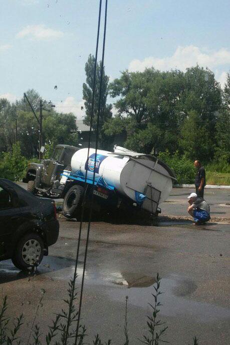 У Харкові водовозка пішла під асфальт  - фото 1