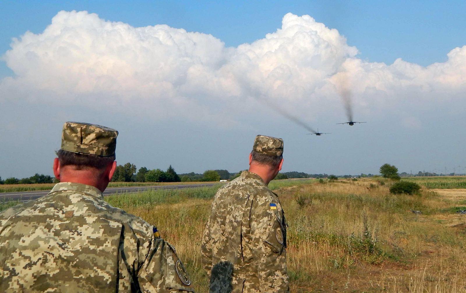 На міжнародну трасу сіли українські винищувачі (ВІДЕО, ФОТО) - фото 2