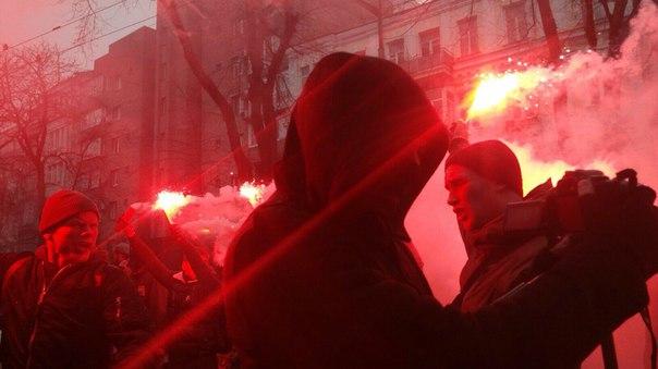 """Активісти """"Азова"""" влаштували """"вогневе шоу"""" під СБУ - фото 1"""