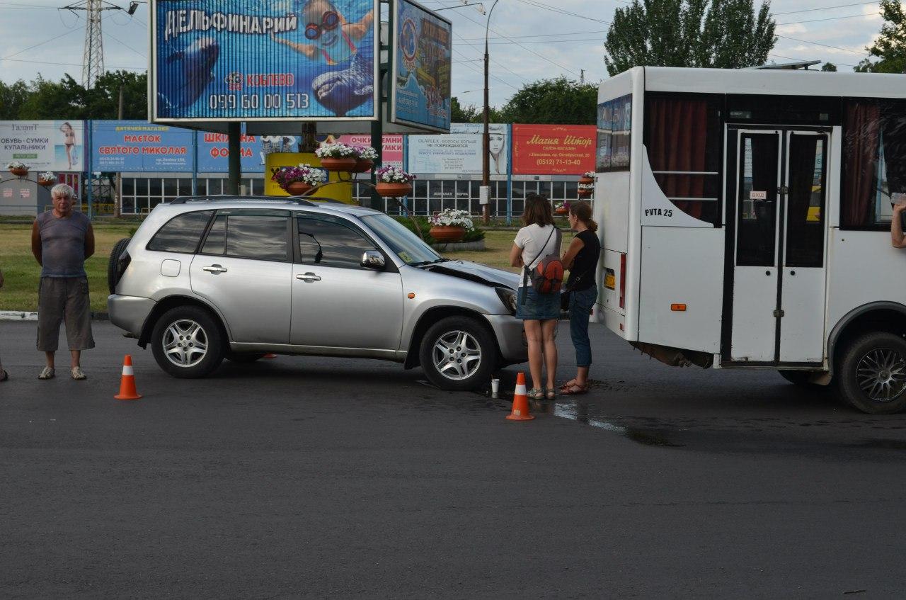 У Миколаєві легковик влетів в маршрутку