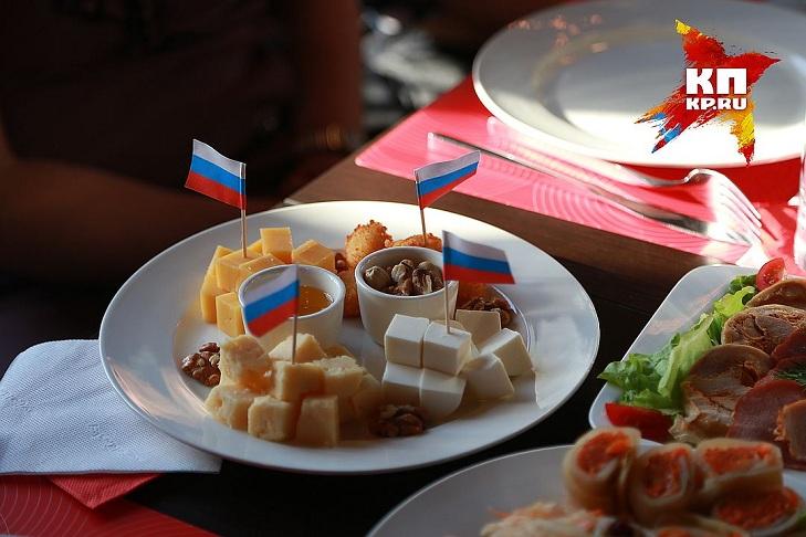 На Росії відкрили кафе Путіна: як відвідувачі плюють в постер з Обамою - фото 3