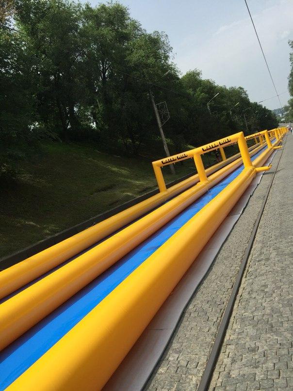 У Харкові встановили водяну гірку завдовжки 300 метрів - фото 5