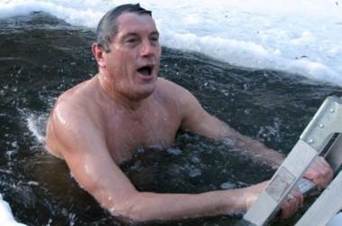 Як політики мочили голе тіло в ополонці - фото 3