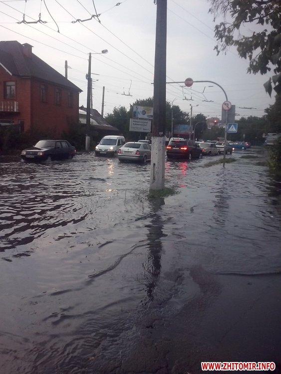 Як затопленим Житомиром плавали автівки і діти - фото 3