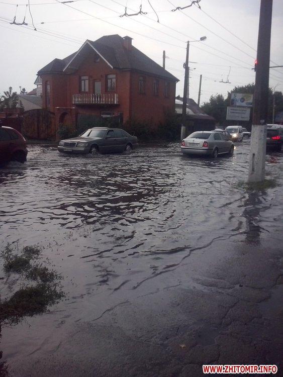 Як затопленим Житомиром плавали автівки і діти - фото 2