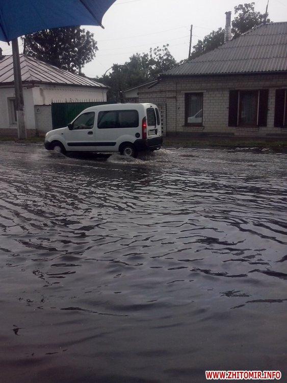Як затопленим Житомиром плавали автівки і діти - фото 1