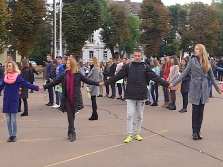 Більше півсотні студентів у Хмельницькому правили флешмоб - фото 1