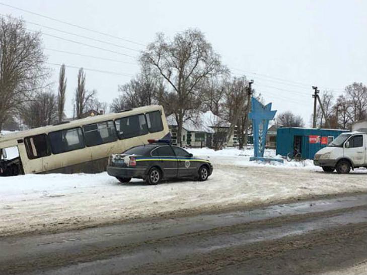 На Полтавщині пасажирський автобус зіткнувся з вантажівкою та вилетів в кювет - фото 1