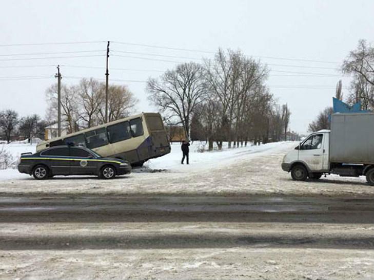 НаПолтавщине пассажирский автобус слетел вкювет: есть пострадавшие