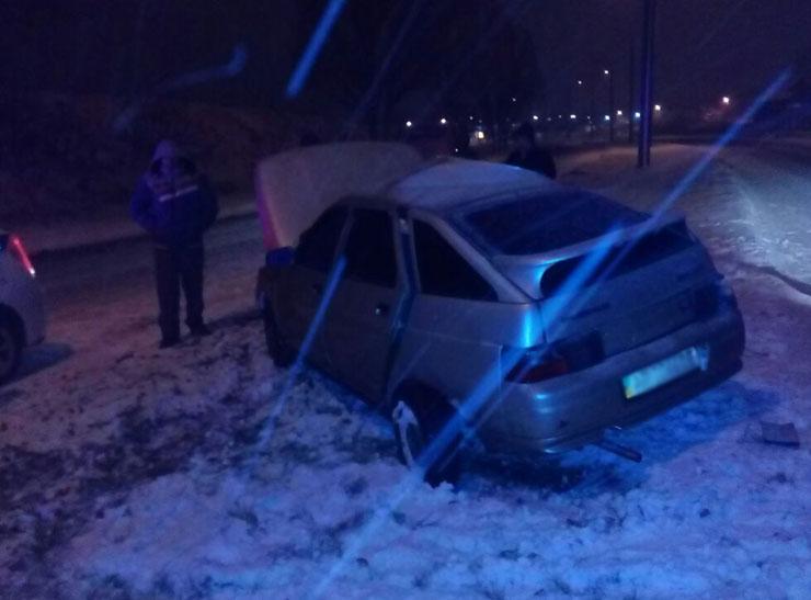 У Запоріжжі водій розтрощив своє авто через слизьку дорогу - фото 2