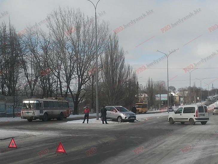 У Бердянську не розминулися два авто - фото 1