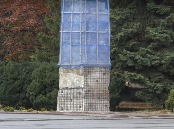 """На Дніпропетровщині не змогли знести залишки Леніна через """"термоядерний"""" бетон - фото 1"""