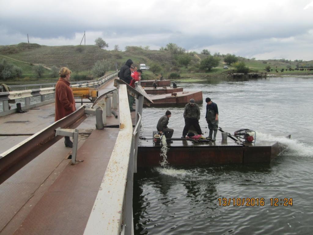 На Миколаївщині почали піднімати затоплений фурами понтонний міст