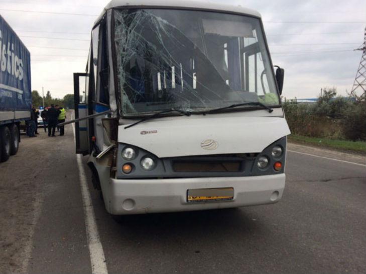 На Полтавщині пасажирський автобус на обгоні врізався у фуру - фото 1