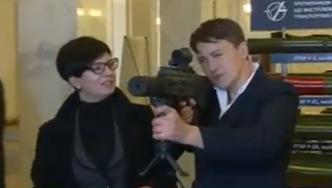 """Як Савченко """"приміряла"""" зброю у Раді  - фото 1"""