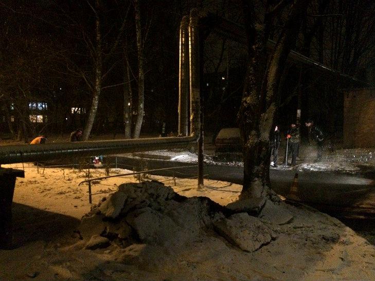 У Полтаві дорожні працівники асфальтують сніг - фото 1