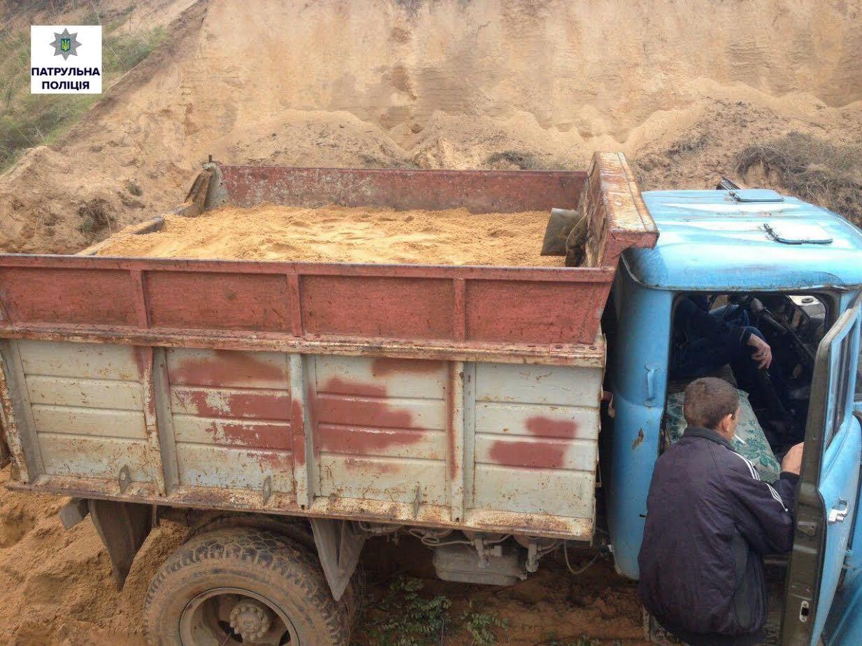 Чергові браконьєри розкрадали пісок в Корабельному районі