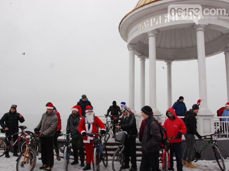 Велосипедисти Бердянська організували Новорічний велопробіг містом - фото 4