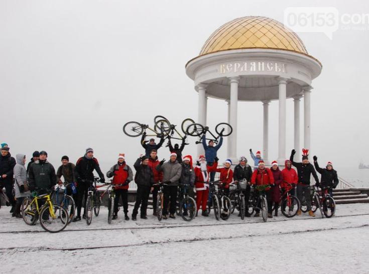 Велосипедисти Бердянська організували Новорічний велопробіг містом - фото 5