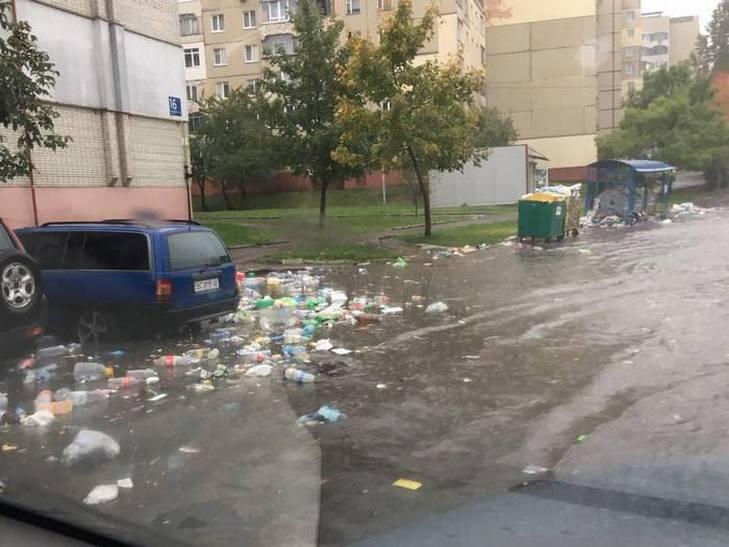 Львів затопило: містом течуть сміттєві ріки (ФОТО, ВІДЕО) - фото 4