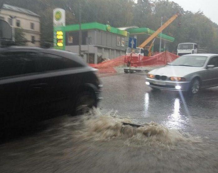 Львів затопило: містом течуть сміттєві ріки (ФОТО, ВІДЕО) - фото 2