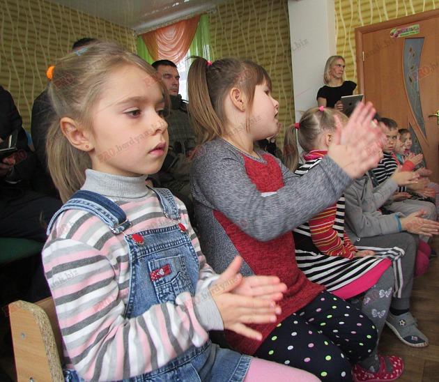 Бердянські діти подарували військовим український прапор - фото 9