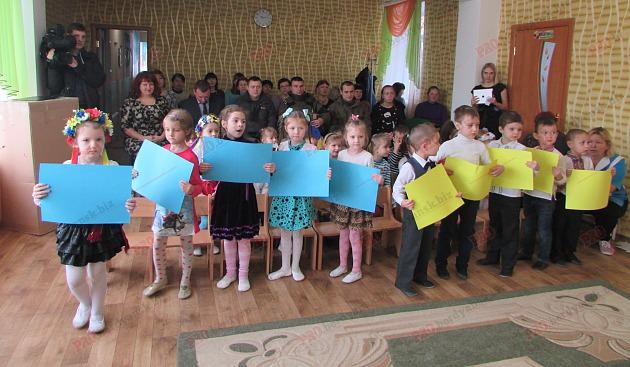 Бердянські діти подарували військовим український прапор - фото 3
