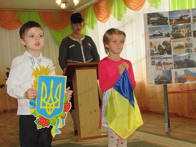 Бердянські діти подарували військовим український прапор - фото 5