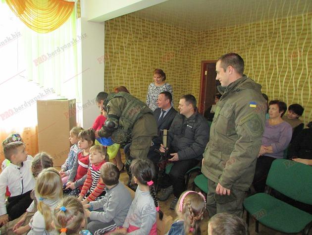 Бердянські діти подарували військовим український прапор - фото 7