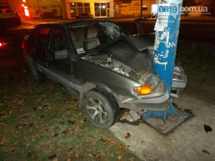 У Мелітополі водій розтрощив своє авто об рекламний борд - фото 1