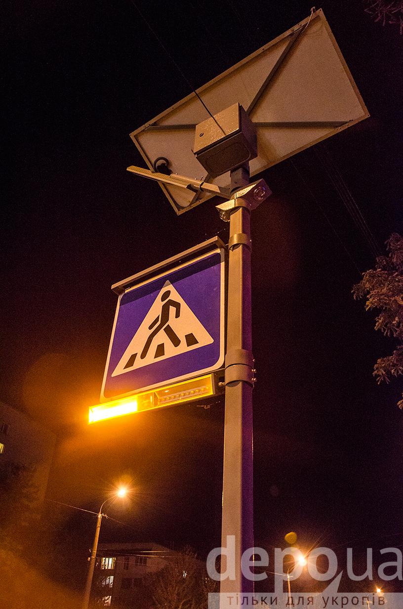 """У Вінниці задля експерименту """"зебру"""" підсвітили світлодіодами - фото 3"""
