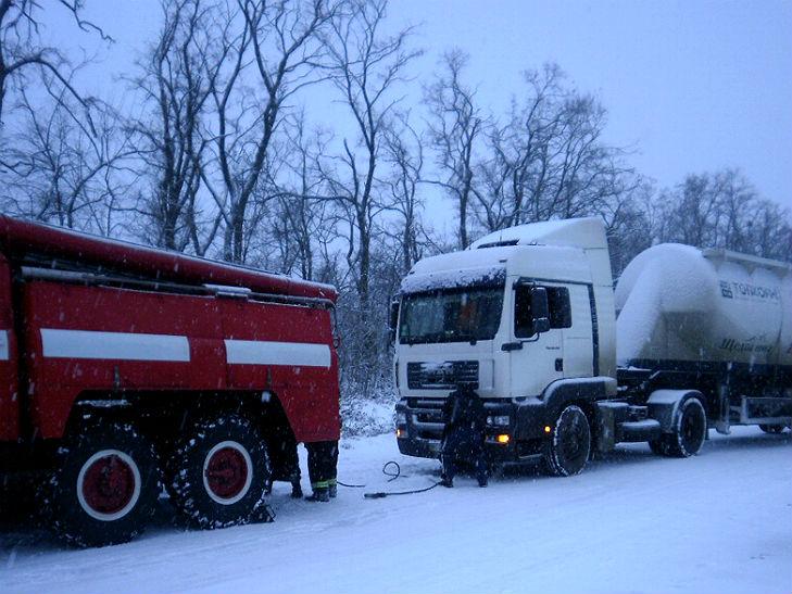 На Полтавщині рятувальники звільнили зі снігового полону шість автівок - фото 1