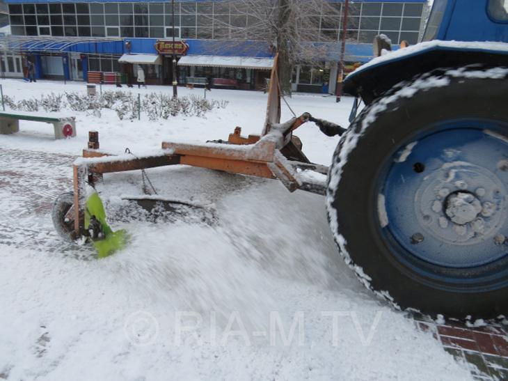 У Мелітополі комунальники досі розчищають сніг  - фото 1