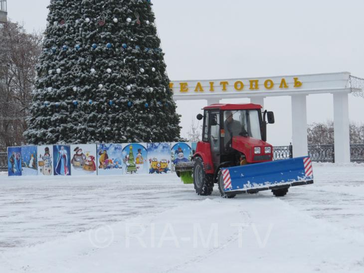 У Мелітополі комунальники досі розчищають сніг  - фото 2