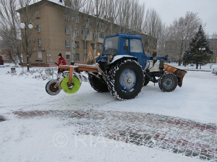 У Мелітополі комунальники досі розчищають сніг  - фото 3